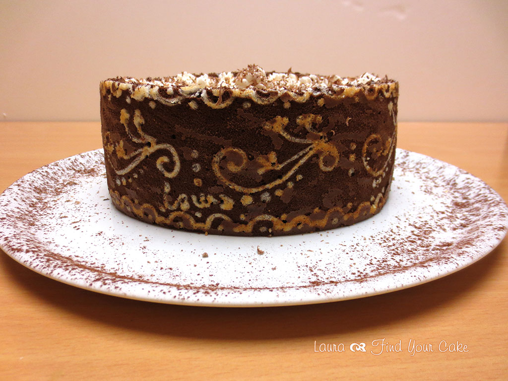 Torta con pasta biscotto decorata